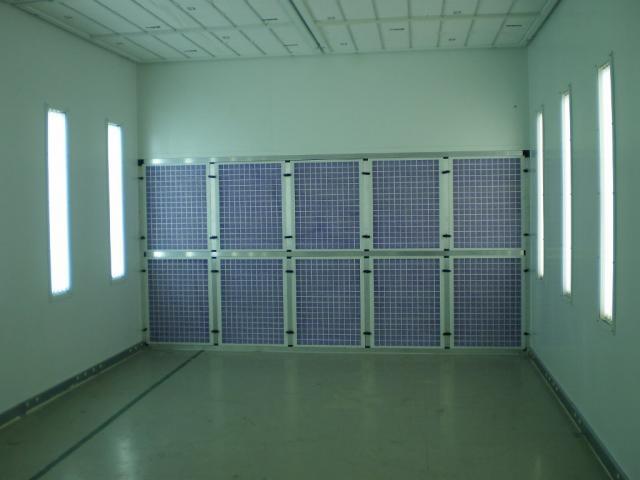 Ściana i oświetlenie w kabinie lakierniczej